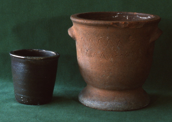 Earthenware flowerpot with pedestal-type foot and small jar. Burbage35.
